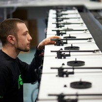 Reportage vidéo de What Hi-Fi sur la fabrication des platines vinyles REGA.
